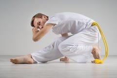 Capoeira de pratique d'homme, art martial brésilien Photos stock