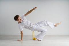 Capoeira de pratique d'homme, art martial brésilien Photos libres de droits