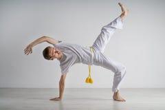 Capoeira de pratique d'homme, art martial brésilien Images libres de droits