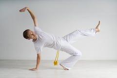 Capoeira de pratique d'homme, art martial brésilien Photo stock