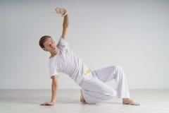 Capoeira de pratique d'homme, art martial brésilien Photographie stock libre de droits