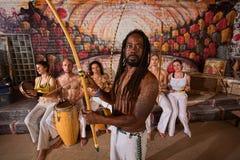 Capoeira man med Dreadlocks och instrument arkivbilder