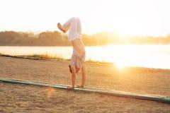 Capoeira sulla spiaggia, vicino al lago nell'esecutore del parco uno Fotografia Stock