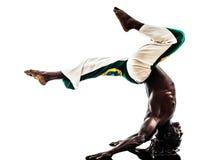 Capoiera brasileño del baile del bailarín del hombre negro Imagenes de archivo