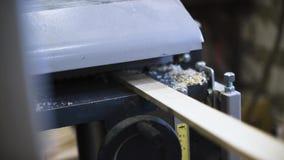 Capolavoro alla macchina per la lavorazione del legno video d archivio