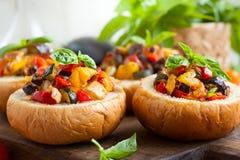 Caponata d'aubergine dans des bols de pain Photos libres de droits