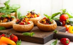 Caponata d'aubergine dans des bols de pain Photographie stock libre de droits