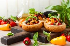 Caponata d'aubergine dans des bols de pain Photo stock
