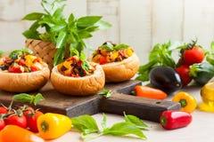 Caponata d'aubergine dans des bols de pain Photo libre de droits