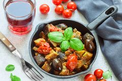Caponata is een traditionele Siciliaanse schotel Stock Foto's