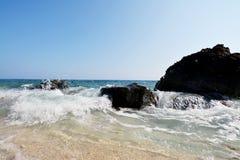 Capones-Insel-Wellen u. Felsen Stockbild
