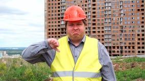 Caporeparto, lavoratore o architetto maschio del costruttore sul pollice di rappresentazione del cantiere della costruzione giù e video d archivio