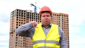 Caporeparto, lavoratore o architetto maschio del costruttore sul pollice di rappresentazione del cantiere della costruzione giù e stock footage