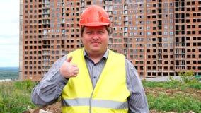 Caporeparto, lavoratore o architetto maschio del costruttore sul pollice di rappresentazione del cantiere della costruzione su e  stock footage
