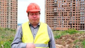 Caporeparto maschio stanco, lavoratore o architetto del costruttore sul cantiere della costruzione che sbadiglia archivi video