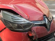 Capot brisé de voiture de Renault image libre de droits