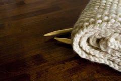 Capot de Knit et aiguilles de tricotage en bois avec l'espace de copie Image stock