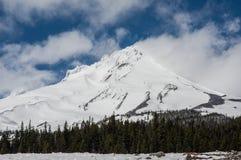 Capot de Mt avec les nuages et la neige de soufflement Photographie stock libre de droits