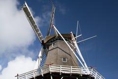 Capot de Reed ou moulin à vent classique contre le ciel bleu avec des nuages Photos stock