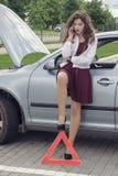 Capot ouvert par femme de la voiture Photos libres de droits