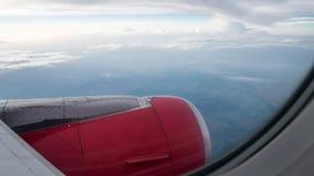 A capota de motor do avião no nebuloso e no céu bonitos Foto de Stock Royalty Free
