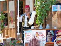 Cappadoccia, Turquie : Fabricant de crème glacée au travail Photographie stock
