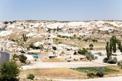 Cappadocia,土耳其 一个山谷的看法在有人为洞的Goreme国家公园在岩石 库存照片