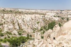 Cappadocia,土耳其 与洞的山谷在岩石在Goreme国家公园  库存图片