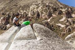 Cappadocia,土耳其 参观谷Pashabag (修士谷)的游人 免版税库存照片