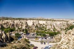 Cappadocia,土耳其 在峡谷的停车场在露天博物馆前面在Goreme国家公园 免版税库存照片