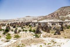 Cappadocia,土耳其 风化柱子的顶视图在谷Pashabag (修士的谷的) 免版税库存图片