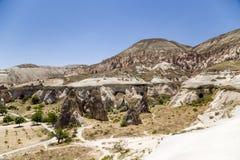 Cappadocia,土耳其 风化Pashabag谷(修士的谷的蘑菇型柱子) 库存照片