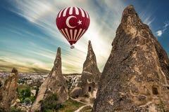 Cappadocia στο εθνικό πάρκο της Τουρκίας - Goreme Τοπίο βράχου το πέταγμα τσίρκων μπαλονιών αέρα bealton καυτό εμφανίζει va Στοκ φωτογραφία με δικαίωμα ελεύθερης χρήσης