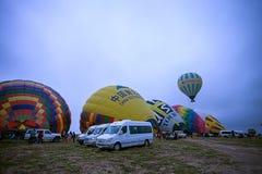 Cappadocia, Τουρκίας - 01.2018 ΙΟΥΝΙΟΥ: Φεστιβάλ των μπαλονιών Πτήση σε ένα ζωηρόχρωμο μπαλόνι μεταξύ της Ευρώπης και της Ασίας Ε Στοκ Εικόνα