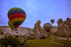 Cappadocia, Τουρκίας - 01.2018 ΙΟΥΝΙΟΥ: Φεστιβάλ των μπαλονιών Πτήση σε ένα ζωηρόχρωμο μπαλόνι μεταξύ της Ευρώπης και της Ασίας Ε Στοκ φωτογραφία με δικαίωμα ελεύθερης χρήσης
