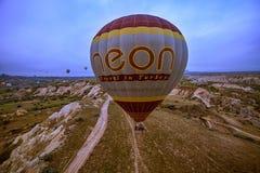 Cappadocia, Τουρκίας - 01.2018 ΙΟΥΝΙΟΥ: Φεστιβάλ των μπαλονιών Πτήση σε ένα ζωηρόχρωμο μπαλόνι μεταξύ της Ευρώπης και της Ασίας Ε Στοκ Φωτογραφία