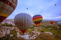Cappadocia, Турция - 01,2018 -го ИЮНЬ: Фестиваль воздушных шаров Полет на красочный воздушный шар между Европой и Азией Выполнени Стоковое Фото