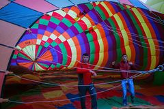 Cappadocia, Турция - 01,2018 -го ИЮНЬ: Фестиваль воздушных шаров Полет на красочный воздушный шар между Европой и Азией Выполнени Стоковая Фотография