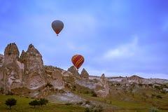 Cappadocia, Турция - 01,2018 -го ИЮНЬ: Фестиваль воздушных шаров Полет на красочный воздушный шар между Европой и Азией Выполнени Стоковые Фотографии RF