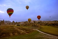Cappadocia, Турция - 01,2018 -го ИЮНЬ: Фестиваль воздушных шаров Полет на красочный воздушный шар между Европой и Азией Выполнени Стоковое фото RF