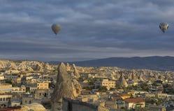 Cappadocia, Турция: Езда использующего горячего воздух воздушного шара Стоковые Фотографии RF