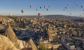 Cappadocia, Турция: Езда использующего горячего воздух воздушного шара Стоковые Изображения RF