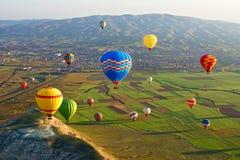 Cappadocia Bunte Heißluft steigt Fliegen, Cappadocia, Anatolien, die Türkei im Ballon auf stockfoto