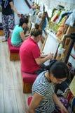 CAPPADOCIA - 17 DE MAYO: Mujer que trabaja en la fabricación de alfombra Fotografía de archivo libre de regalías