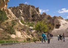 Cappadocia, die Türkei - 29. April 2014: Touristen, die Höhlen-Kirche bei Goreme in Nevsehir besichtigen Lizenzfreies Stockfoto