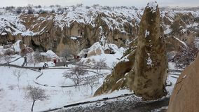 CAPPADOCIA, DIE TÜRKEI, 2017: merkwürdige sehr hohe Wohnungen und Felsformationen bei Cappadocia, die Türkei stock video footage
