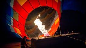 Cappadocia, die Türkei - 15. November 2014: Der Heißluft-Ballon, der Heißluft ist, füllte mit Flammen Stockfotografie