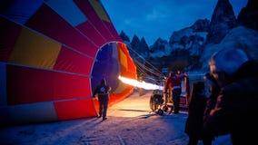 Cappadocia, die Türkei - 15. November 2014: Morgen des Heißluft-Ballons, der Heißluft ist, füllte mit Flammen Lizenzfreie Stockbilder