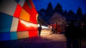 Cappadocia, die Türkei - 15. November 2014: Morgen des Heißluft-Ballons, der Heißluft ist, füllte mit Flammen Stockfoto