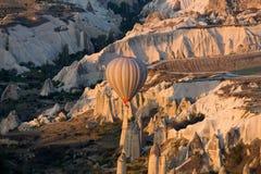 Cappadocia, el vuelo con el globo en la salida del sol Foto de archivo libre de regalías